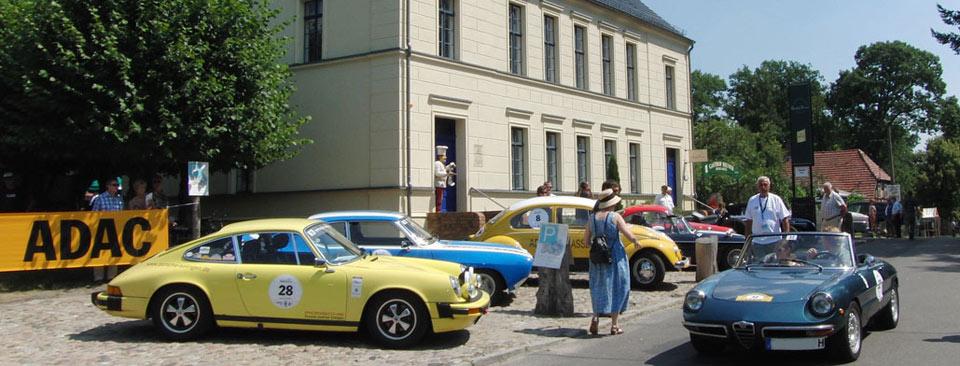 Autos der Oldtimerrallye vor dem Gasthof Reuner